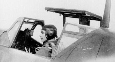 Румынский пилот на немецком истребителе Bf 109E-3 на аэродроме Зальц. Сентябрь 1941 г.