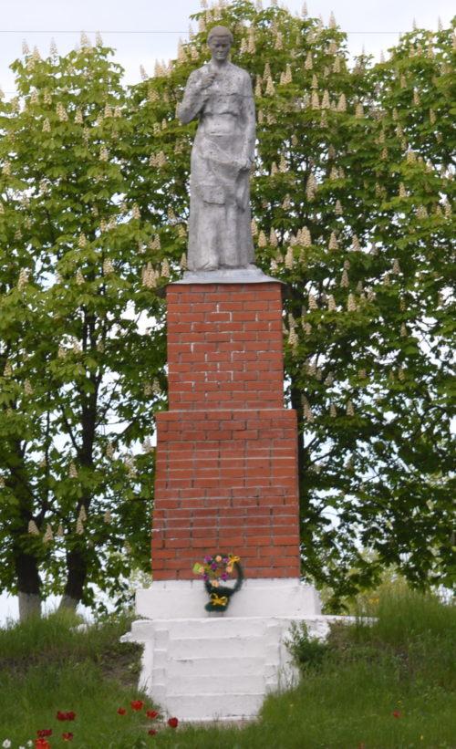 с. 1-ые Поныри Поныровского р-на. Памятник у клуба, установленный в 1955 году на братской могиле, в которой захоронено 123 советских воина.