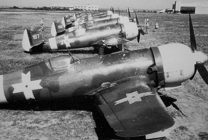 Румынские истребители IAR 80 на аэродроме. Сентябрь 1941 г.