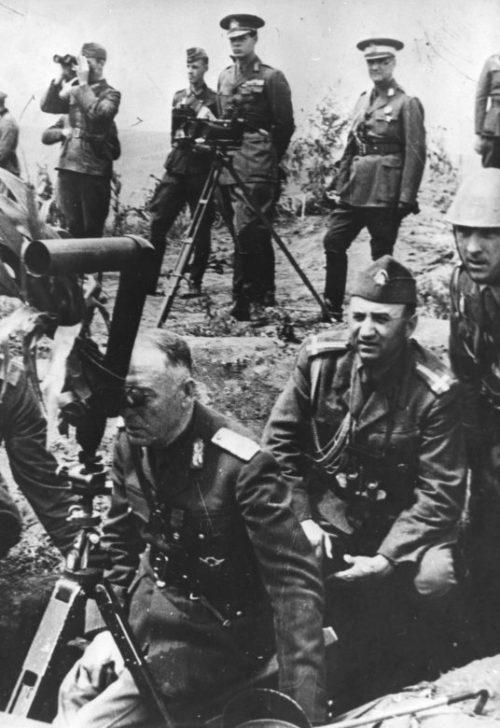 Король Румынии Михай I на наблюдательном пункте во время учений в оккупированной Бессарабии. Сентябрь 1941 г.