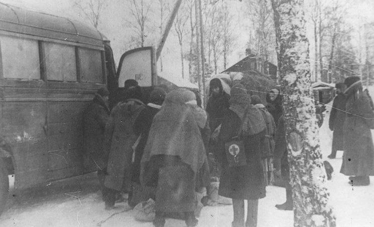 Посадка горожан в автобусы для эвакуации.