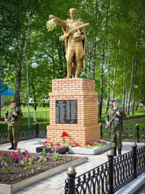 п. им. Карла Либкнехта Курчатовского р-на. Памятник, установленный на братской могиле, в которой похоронено 44 советских воина.