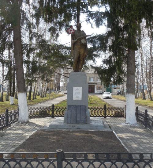 п. К.Либкнехта Курчатовского р-на. Памятник у Дома культуры, установленный в 1959 году на братской могиле, в которой похоронено 28 советских воинов.