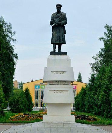 г. Курск. Памятник почетному гражданину Курска К.К. Рокоссовскому был открыт в 2005 году. Автор проекта - В. Клыков.