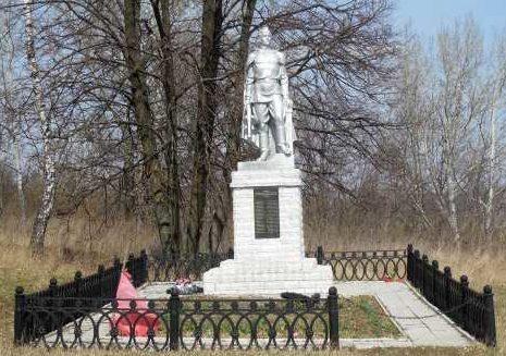 д. Кожля Курчатовского р-на. Памятник, установленный в 1965 году на братской могиле, в которой похоронено 39 советских воинов, в т.ч. 28 неизвестных.