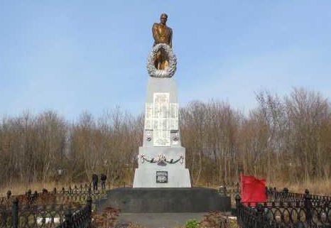 с. Колпаково Курчатовского р-на. Памятник, установленный в 1957 году на братской могиле, в которой похоронено 1511 советских воинов, в т.ч. 1333 неизвестных.