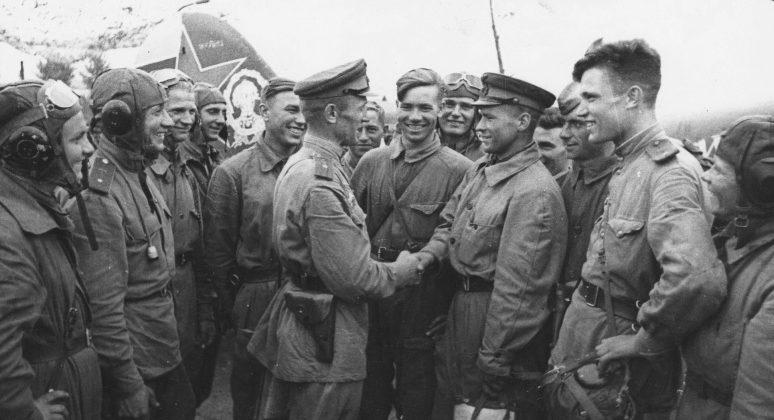 Эскадрилья 617-го штурмового авиаполка на аэродроме под Белгородом. Август 1943 г.