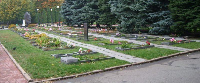 Группы одиночных военных могил на Никитском кладбище.
