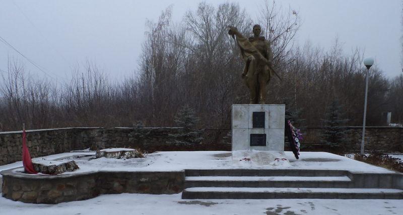 г. Курчатов. Памятник, установленный в 1953 году на братской могиле, в которой похоронено 190 советских воинов, в т.ч. 142 неизвестных.