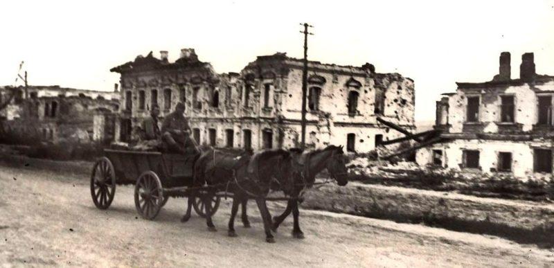 Красная армия в разрушенном городе. Август 1943 г.