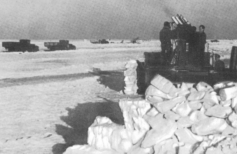 Зенитчики на ледяной дороге.