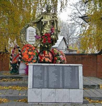 г. Курчатов, с. Успенка. Памятник, установленный в 1958 году на братской могиле, в которой похоронено 190 советских воинов, в т.ч. 142 неизвестных.