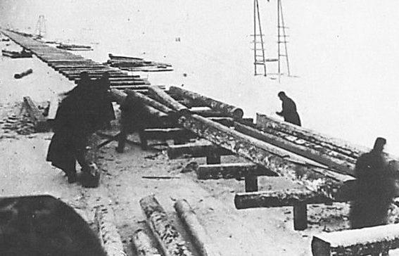 Укладка прогонов для железной дороги. 1943 г.