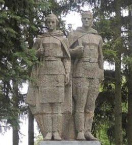 с. Никольское Курчатовского р-на. Памятник, установленный на братской могиле, в которой похоронено 130 советских воинов, в т.ч. 125 неизвестных.