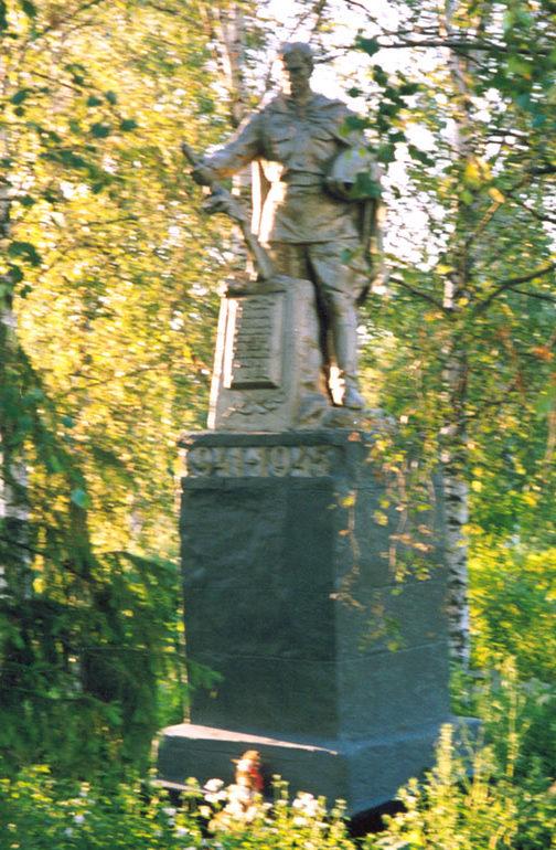 с. Банищи Льговского р-на. Памятник, установленный на братской могиле, в которой похоронено 80 советских воинов.