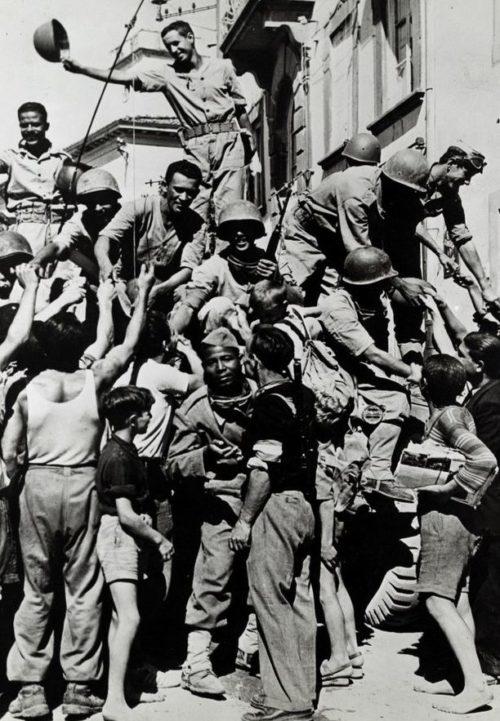 Бразильские солдаты с местным населением. Италии, апрель 1945 г.