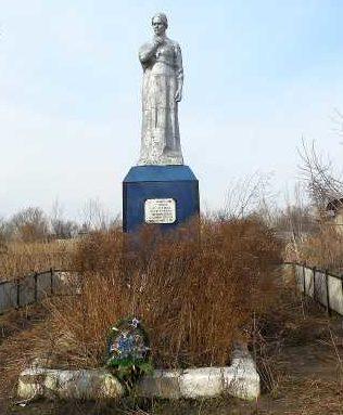 с. Большие Угоны Льговского р-на. Памятник, установленный в 1968 году на братской могиле, в которой похоронено 492 советских воинов.