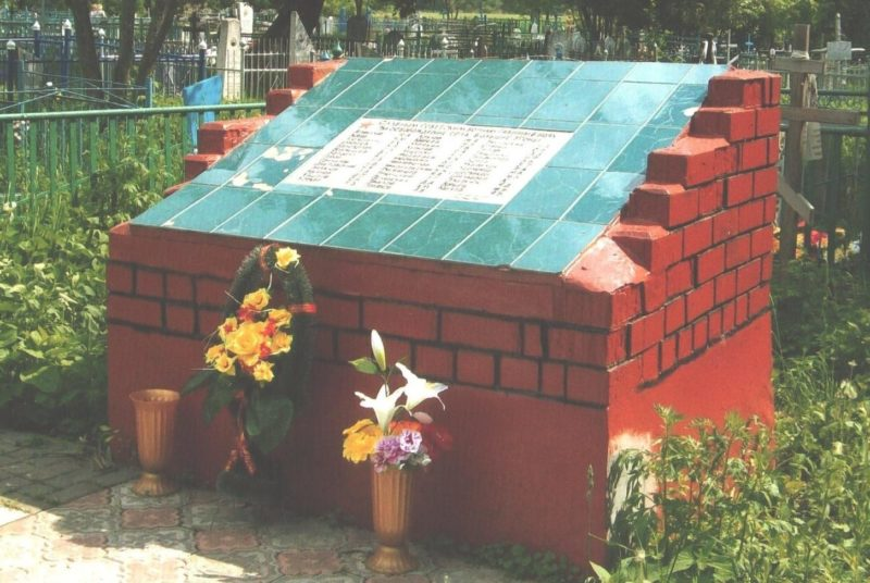 с. Большие Угоны Льговского р-на. Памятник, установленный в 1965 году на братской могиле, в которой похоронено 299 советских воинов, в т.ч. 199 неизвестных.