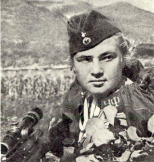 Снайпер 255-й бригады морской пехоты Лиза Миронова на «Малой земле». 1943 г.