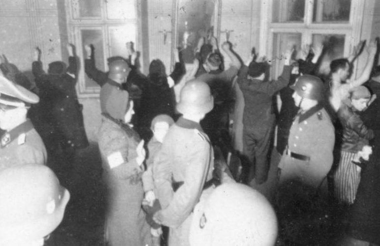 Арест евреев в Румынии для дальнейшей депортации. Декабрь 1941 г.