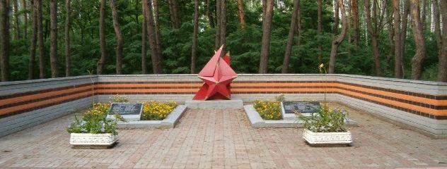 г. Курск. Мемориал, установленный в 1986 году на братской могиле в Горелом лесу на месте гибели 33 зенитчиков 8 февраля 1943 года.