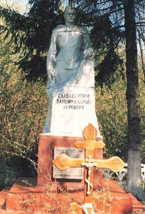 х. Волжин Льговского р-на. Памятник, установленный в 1963 году на братской могиле, в которой похоронено 72 советских воинов, в т.ч. 54 неизвестных.