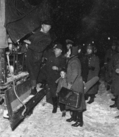 Погрузка евреев для депортации. Декабрь 1941 г.