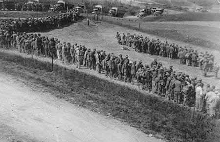 Немецкая 148-я пехотная дивизия сдается в плен. 30 апреля 1945 г.