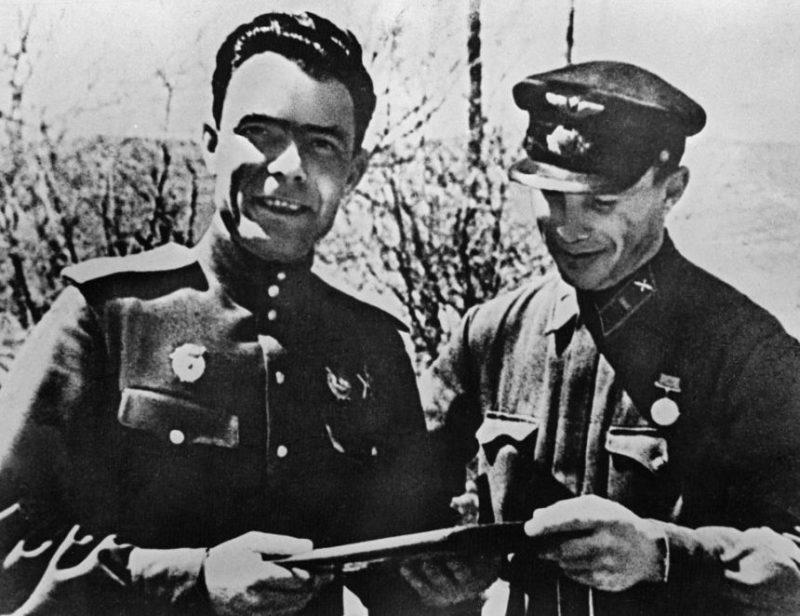 Полковник Леонид Брежнев с адъютантом Иваном Кравчуком на «Малой земле». 1943 г.