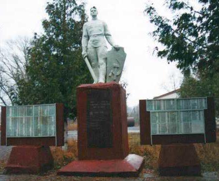 с. Кудинцево Льговского р-на. Памятник, установленный на братской могиле, в которой похоронено 5 советских воинов, в т.ч. 2 неизвестных.