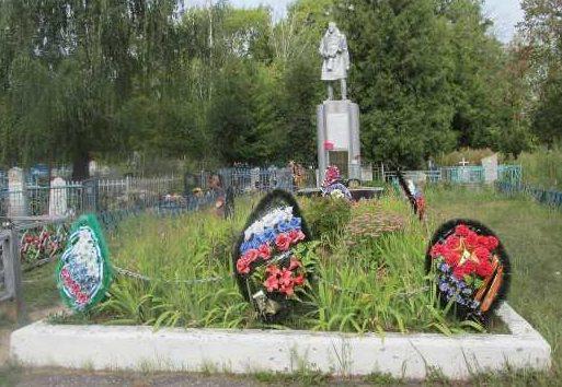 г. Льгов. Памятник, установленный в 1968 году на братской могиле, в которой похоронено 83 советских воинов, в т.ч. 49 неизвестных.