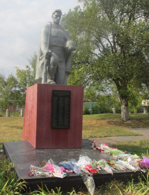 г. Льгов. Памятник у средний школы, установленный в 1968 году на братской могиле, в которой похоронено 109 советских воинов, в т.ч. 3 неизвестных.