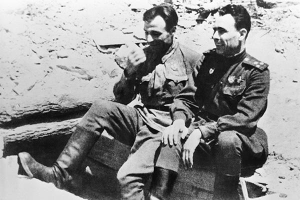 Леонид Брежнев и Авксентий Тихоступ накануне штурма Новороссийска. 1943 г.