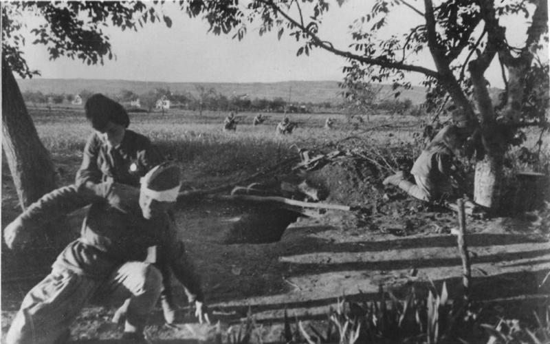 Санинструктор оказывает раненому во время боя за Новороссийск. 1943 г.