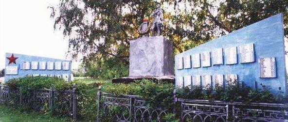 п. Поныри. Памятник, установленный на братской могиле, в которой захоронено 428 советских воинов.