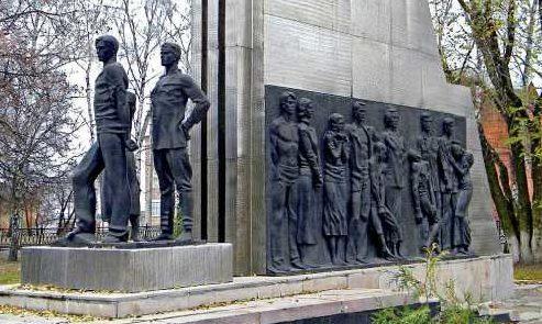 Скульптурная часть и барельеф памятника.
