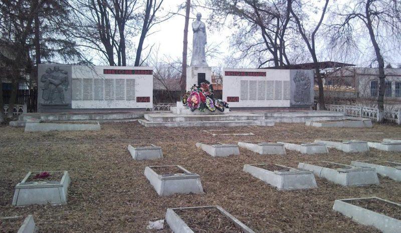 г. Льгов. Памятник, установленный на воинском кладбище на территории лесхоза, где захоронено 549 советских воинов.