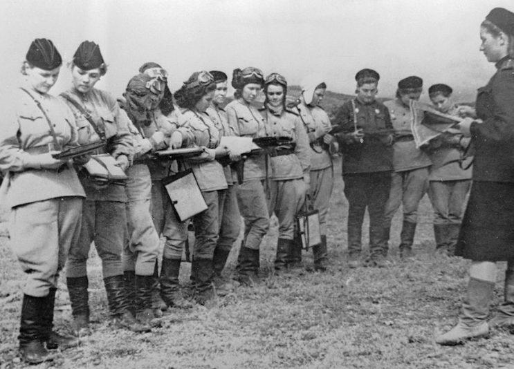 Летчицы 46-го гвардейского авиационного полка перед вылетом у Новороссийска. 1943 г.