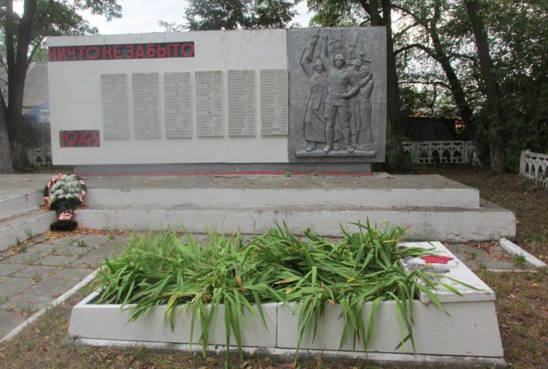 г. Льгов. Памятник на кладбище «Офицерское» и могила неизвестного советского воина.
