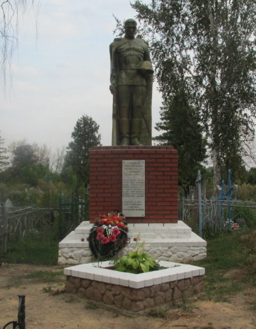 г. Льгов – III. Памятник, установленный на братской могиле советских воинов.