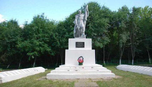 с. 2-е Поныри Поныровского р-на. Памятник у школы, установленный в 1951 году на братской могиле, в которой захоронено 502 советских воинов.