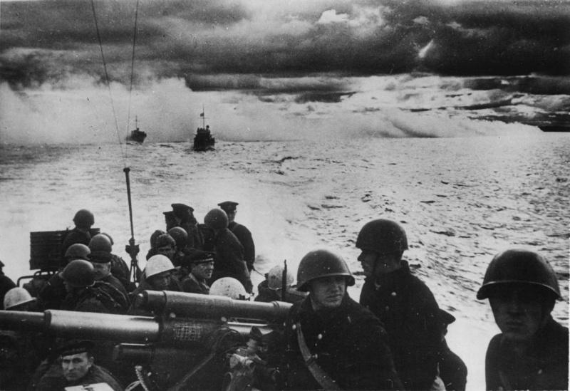 Советские катера с морским десантом в районе Новороссийска. 24 апреля 1943 г.