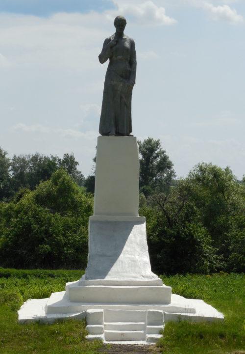 д. Прилепы Поныровского р-на. Памятник у школы, установленный на братской могиле, в которой захоронено 80 советских воинов.