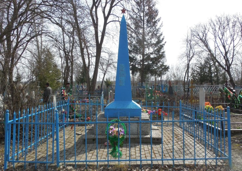 с. Н.Деревеньки Льговского р-на. Обелиск, установленный на могиле советских воинов, погибших в марте 1943 года.