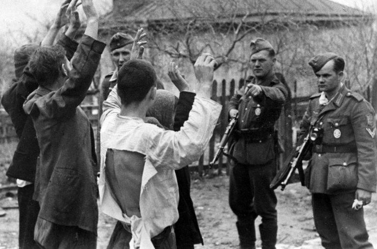 Советские граждане, подозреваемые в связи с партизанами, захваченные в районе Новороссийска. 20 мая 1943 г.