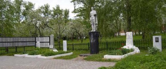 с. Становое Поныровского р-на. Памятник у школы, установленный в 1952 году на братской могиле, в которой захоронено 72 советских воина, в т.ч. 48 неизвестных.