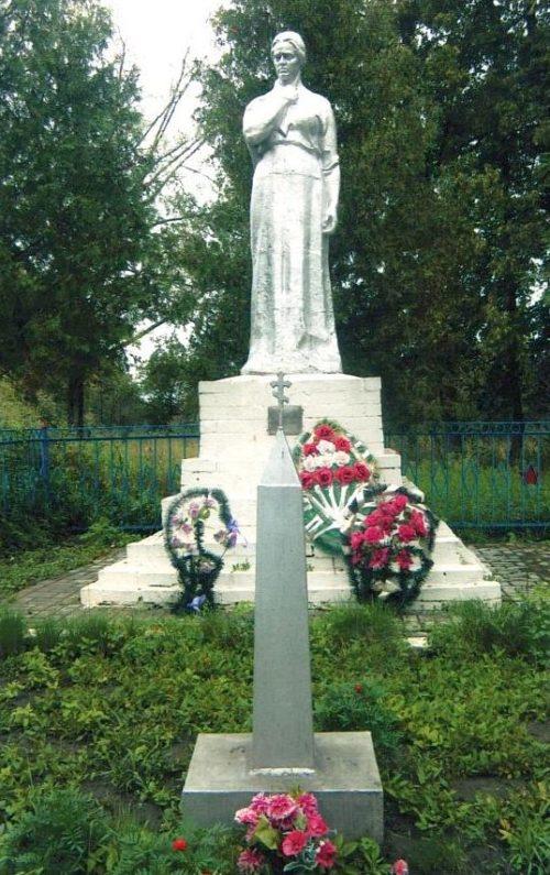 с. Ольшанка Льговского р-на. Памятник, установленный в 1968 году на братской могиле, в которой похоронено 106 советских воинов, в т.ч. 61 неизвестный.