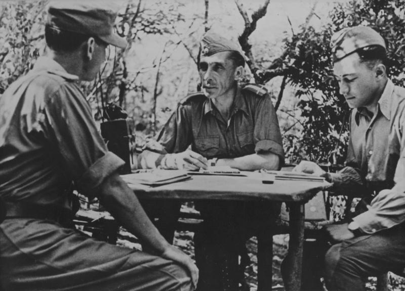 Майор румынской армии на совещании с офицером связи Вермахта в Новороссийске. Август 1943 г.
