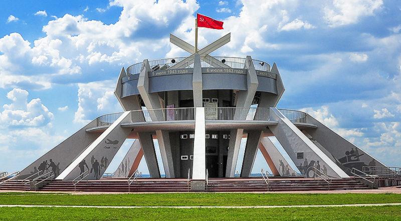 Центральный памятник, выполненный в форме противотанковой мины.