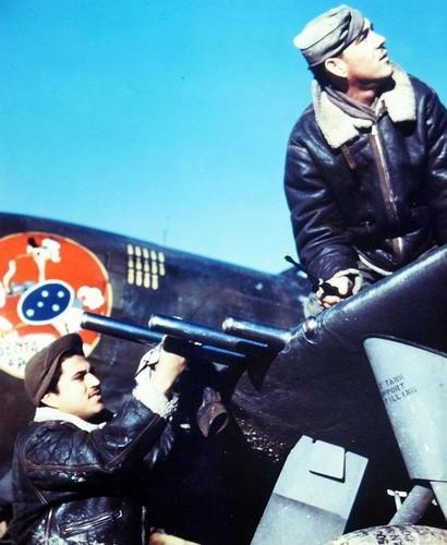 Оружейники обслуживают самолет. 1945 г.